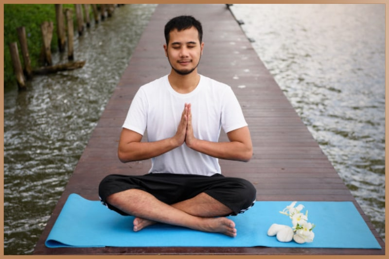 Smiling and sitting with crossed legs are recommended during Taoist meditation